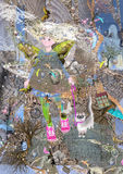 A menina com borboleta voa sapatas e o gato cor-de-rosa vestindo de Sião na trela Imagens de Stock Royalty Free