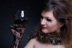 Menina com bordos e o wineglass vermelhos Fotografia de Stock Royalty Free