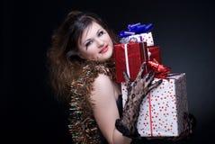 Menina com bordos, ouropel e presente vermelhos no bl Foto de Stock Royalty Free