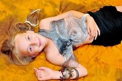 Menina com braceletes foto de stock royalty free