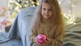 Menina com brinquedo do Natal fotografia de stock royalty free