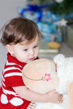 Menina com brinquedo macio Fotos de Stock