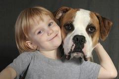 Menina com buldogue americano Fotografia de Stock Royalty Free