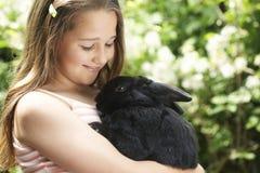 Menina com Bunny Rabbit Fotos de Stock Royalty Free