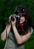 Menina com a câmera na natureza Fotos de Stock Royalty Free