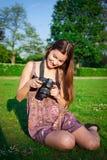 Menina com a câmera no parque imagens de stock