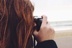 Menina com câmera retro Imagem de Stock