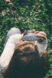 Menina com câmera velha Fotografia de Stock Royalty Free