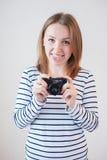 Menina com a câmera velha Imagens de Stock Royalty Free
