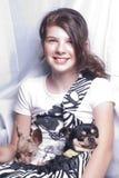 Menina com cães em um saco imagens de stock royalty free