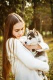 Menina com cão Fotografia de Stock Royalty Free
