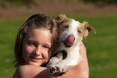 Menina com cão de animal de estimação Imagens de Stock Royalty Free