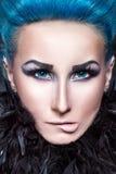 Menina com cabelo azul que morde seus bordos. Fotos de Stock Royalty Free