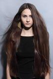 Menina com cabelo bonito longo fotos de stock royalty free