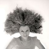 Menina com cabelo curly grande imagem de stock royalty free