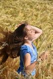 A menina com cabelo de sopro aprecia a natureza Imagem de Stock Royalty Free