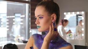 A menina com cabelo fabuloso e composição fantástica video estoque