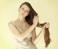 A menina com cabelo longo Fotos de Stock