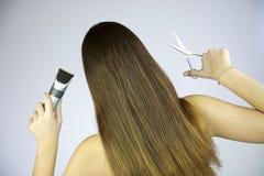 Menina com cabelo longo com tesouras e lâmina Imagens de Stock Royalty Free