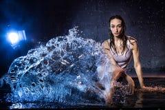 Menina com cabelo longo durante o photoshoot com água no estúdio da foto Fotografia de Stock Royalty Free