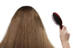 A menina com cabelo longo e um hairbrush fotos de stock