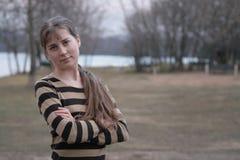 Menina com cabelo longo no outono na costa fotografia de stock royalty free