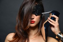 A menina com cabelo longo, os bordos vermelhos e a joia dos braceletes de sapatas alto-colocadas saltos pretas pôs o salto a seu imagens de stock royalty free