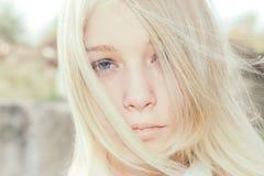 Menina com cabelo louro e olhos azuis Imagens de Stock