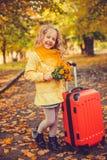 Menina com cabelo louro no fundo do outono imagens de stock royalty free