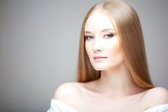 Menina com cabelo luxuoso Fotos de Stock Royalty Free