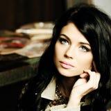 Menina com cabelo marrom longo, mulher sensual da beleza Fotos de Stock Royalty Free