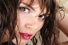Menina com cabelo molhado Imagens de Stock