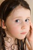 Menina com cabelo molhado Fotos de Stock