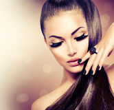 Menina com cabelo saudável longo de Brown Foto de Stock Royalty Free
