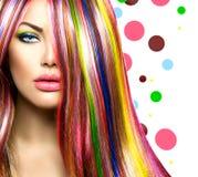 Menina com cabelo tingido colorido foto de stock