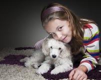 Menina com cachorrinho Fotografia de Stock
