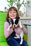 Menina com cachorrinho do buldogue Imagem de Stock