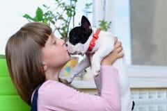 Menina com cachorrinho do buldogue Fotos de Stock Royalty Free