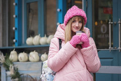 Menina com café para uma caminhada Foto de Stock