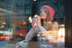 Menina com café para uma caminhada Foto de Stock Royalty Free