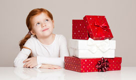 Menina com caixa de presente Imagens de Stock