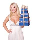 Menina com a caixa de presente da pilha. Foto de Stock