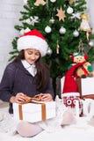 Menina com caixa de presente e árvore de Natal fotos de stock royalty free
