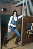 Menina com calças de brim em uma exploração agrícola Fotos de Stock Royalty Free