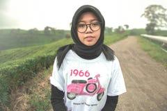 A menina com camisa do Vespa foto de stock