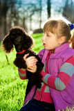 Menina com a caniche preta na natureza Imagens de Stock