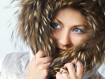 Menina com capa da pele Foto de Stock