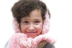 Menina com capa protectora para as orelhas cor-de-rosa e o lenço cor-de-rosa fotografia de stock