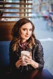 Menina com cappuccino nas mãos foto de stock