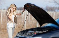 Menina com carro quebrado Fotos de Stock